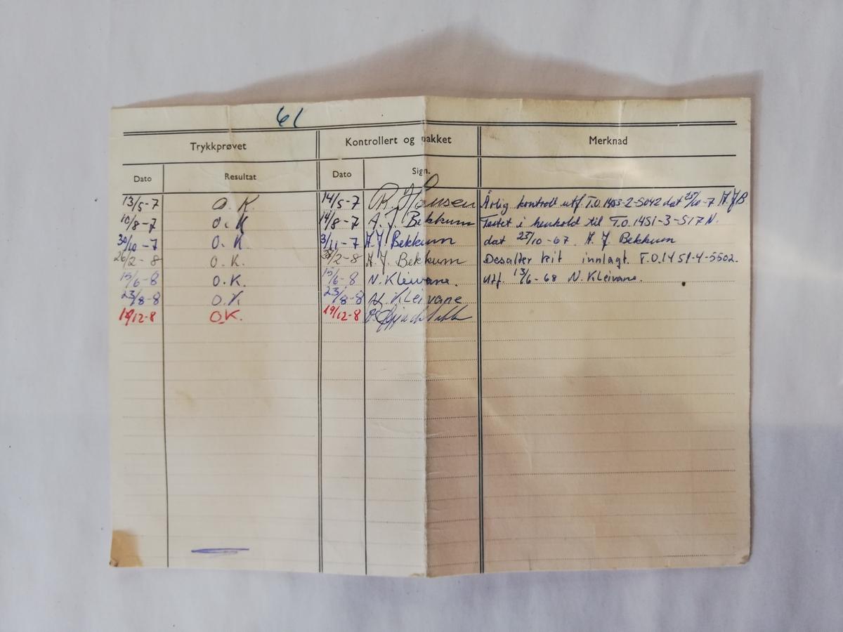 Lerretsveske for oppbevaring av survival kit i setet. Inneholder også loggkort for redningsbåt.