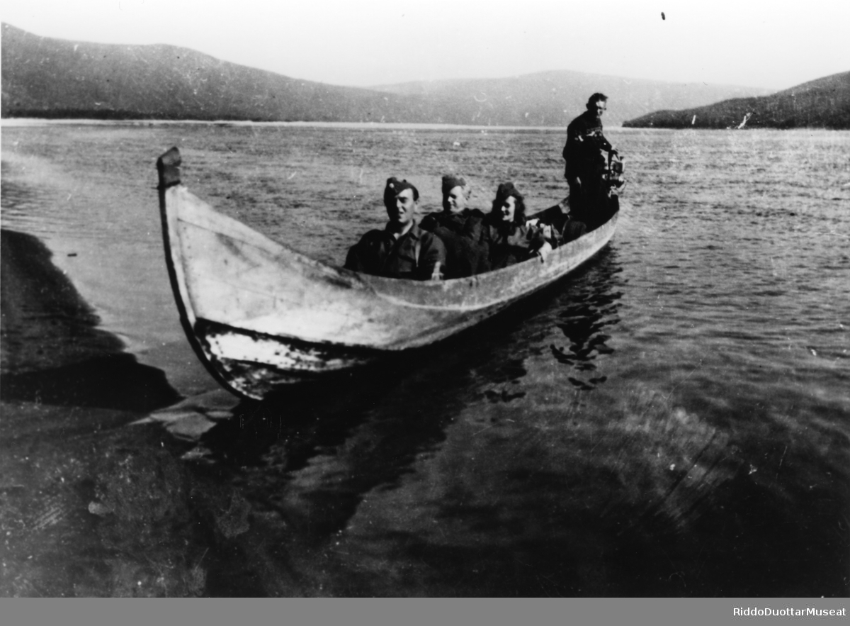 Tre soldater og en sykepleier i elvebåt.