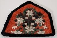 Brystduk med perlebroderi. Innvevd mønster, broderi av sylindriske perler i sort/hvitt/grønt, sorte fløyelskanter. For i hvitt lerret.