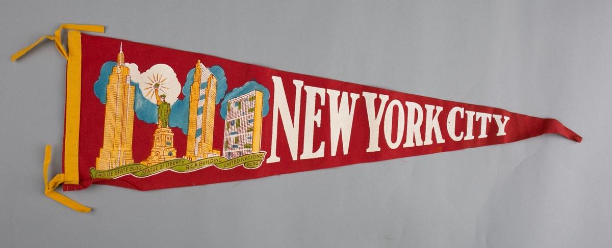 Vimpelmotiv er påtrykt bilde av New York City med høyblokker og Frihetsgudinnen.