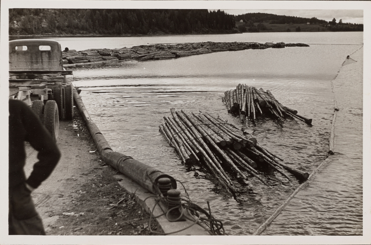 Bunter med tømmer ved Skulerud brygge