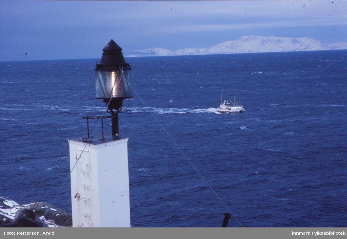 Fiskeskøyte underveis inn til Øksfjord (Lopphavet). Lykta er sikret av vaier.