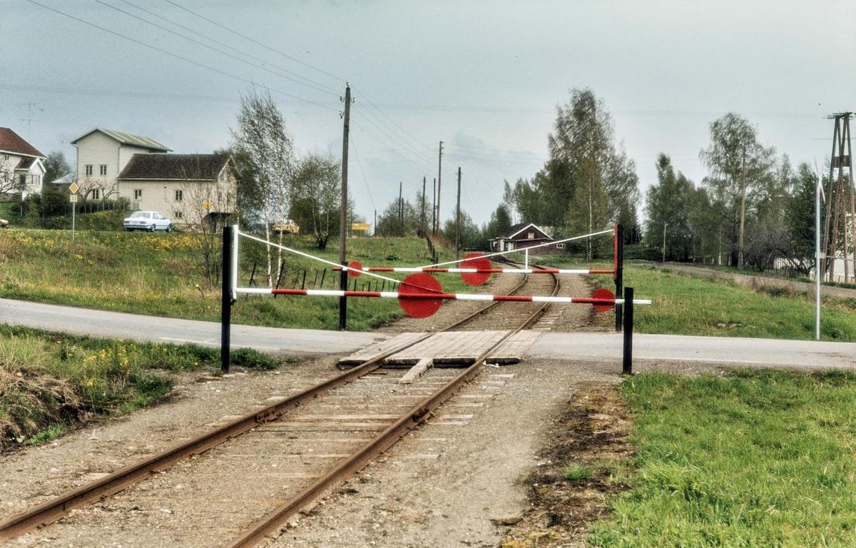 Planovergang med bom som stenger enten vei eller jernbane nær Skreia stasjon på Skreiabanen