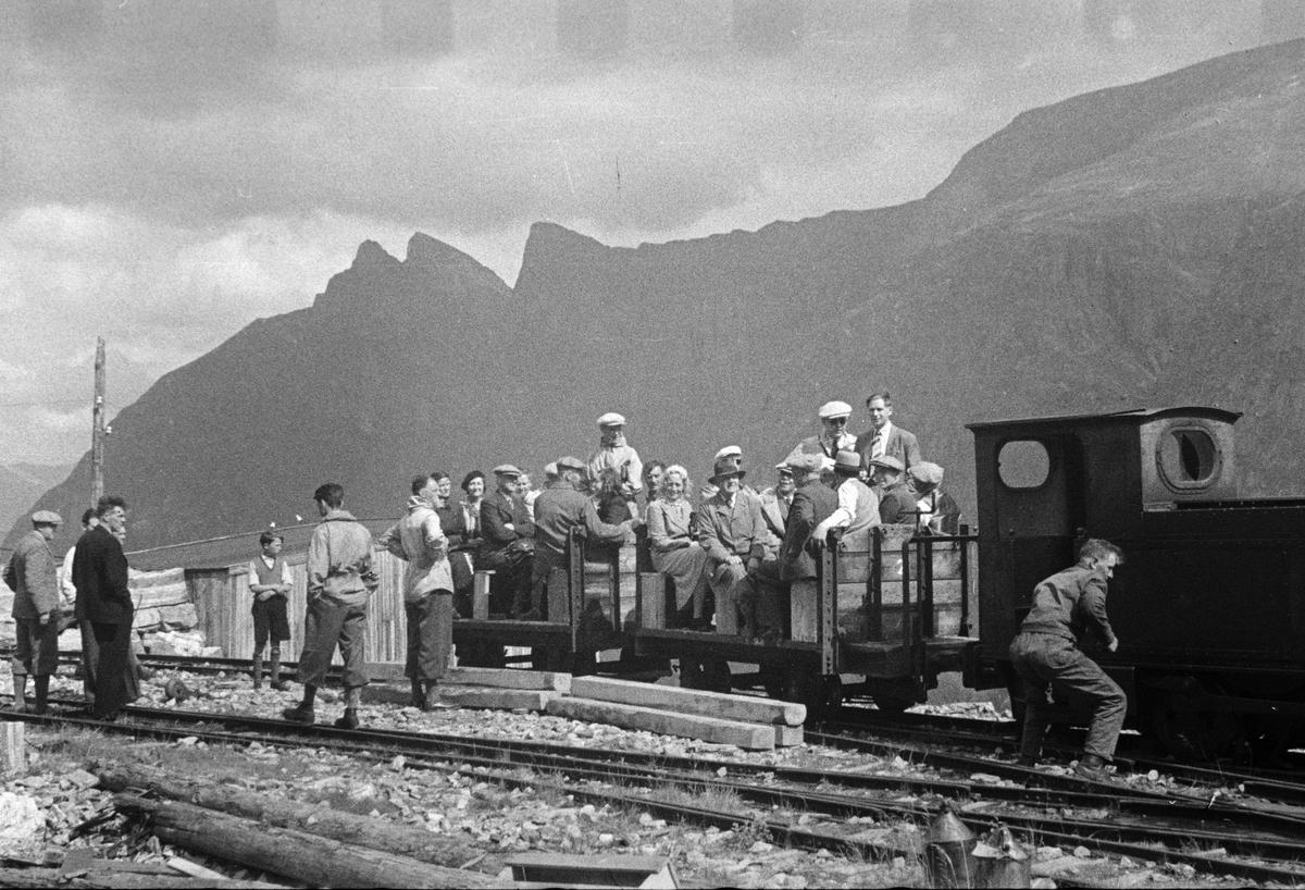 Besøkende, muligens på befaring, ved Topp Heis stasjon på Aurabanen