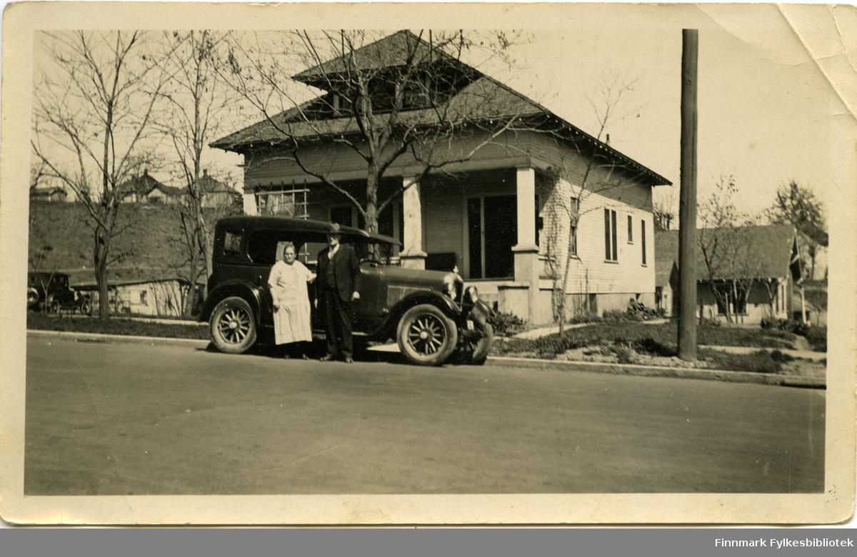 """Johan Enbuske med sin kone i Amerika på 1920-1930-tallet. """"Eget hus og bil i Amerika""""."""