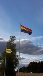 Prideflaggan (regnbågsflagga) vajar i vinden  utanför Enköpi