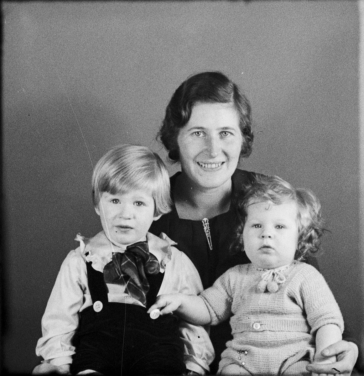 Ateljéporträtt - familjen Frisell från Östhammar, Uppland 1936