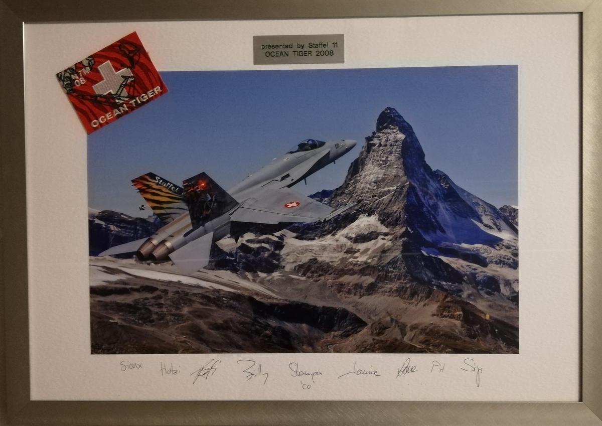 Sveitsisk F/A-18 foran Matterhorn. Signaturer av deltakende piloter på paspartour.