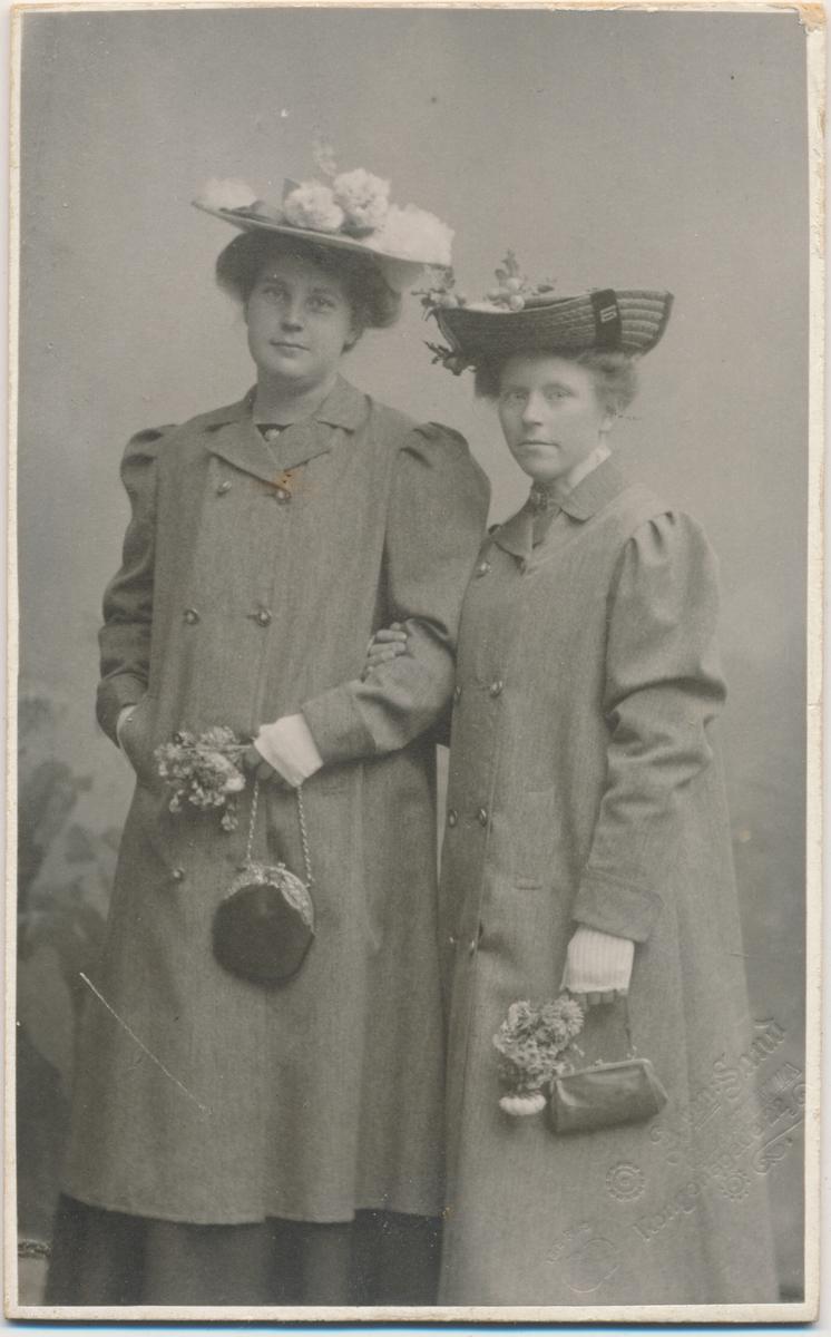 To unge kvinner, stående, ukjente