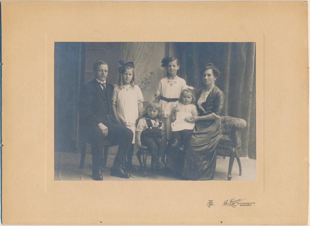 Familiebilde; mor, far, tre døttre, en sønn, ukjente