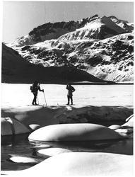Forfriskende iskalt vann fra Ø. Leirungsvatn. Påsken