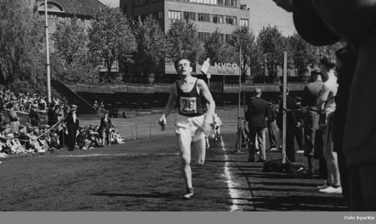 Østkantstafetten. Mennene starter på Jordal og løper gjennom byen. Går i tog gjennom byen for å reklamere for idrett.