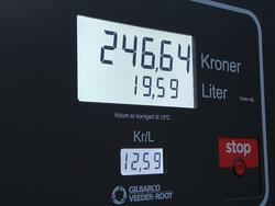 Dokumentasjon av senkede drivstoffpriser på den lokale bensi
