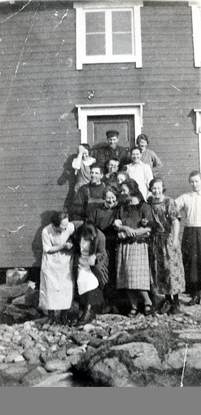 Foran til venstre: Marta Grindvik, Lise Sæternes, Margit Hunnestad, Kitty Hasfjord og ukjent. 2. rekke fra venstre: Asbjørn Hatland ellers ukjente i Nordøyan