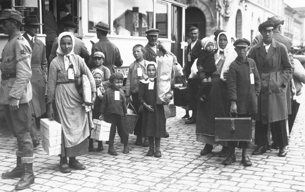 Svenskbybornas ankomst till Jönköping år 1929. Från tåget går färden vidare med spårvagn till I12:s gamla förläggningslokaler på Ryhovsområdet.