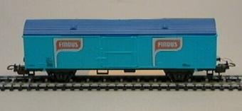 Modell i skala 1:87 av ljusblå kylvagn Nr: 20-74-805 8 700-6 Vagnen är märkt med FINDUS logotyp på sidorna.  Modell/Fabrikat/typ: Ho