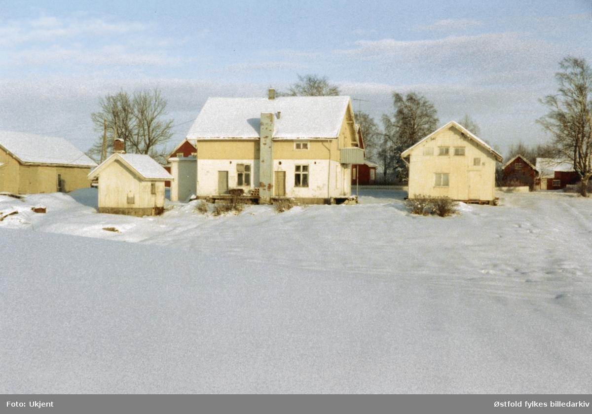 Langli melkestasjon i Skiptvet, vinter 1980. Langli melkestasjon med bygninger  bygget 1924/25 og var i drift til melkemottaket stoppet 1. september 1962. Solgt til firma for pipemontering. Tvangsauksjon 6. april 1979. Alle bygninger revet i 1987, se ØFB.2004-00018.