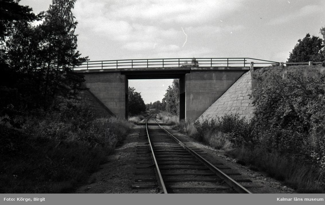Bro över järnväg vid åsa, mellan Klämna och Oskarshamn i Oskarshamns kommun. Foto, från ostnordost.