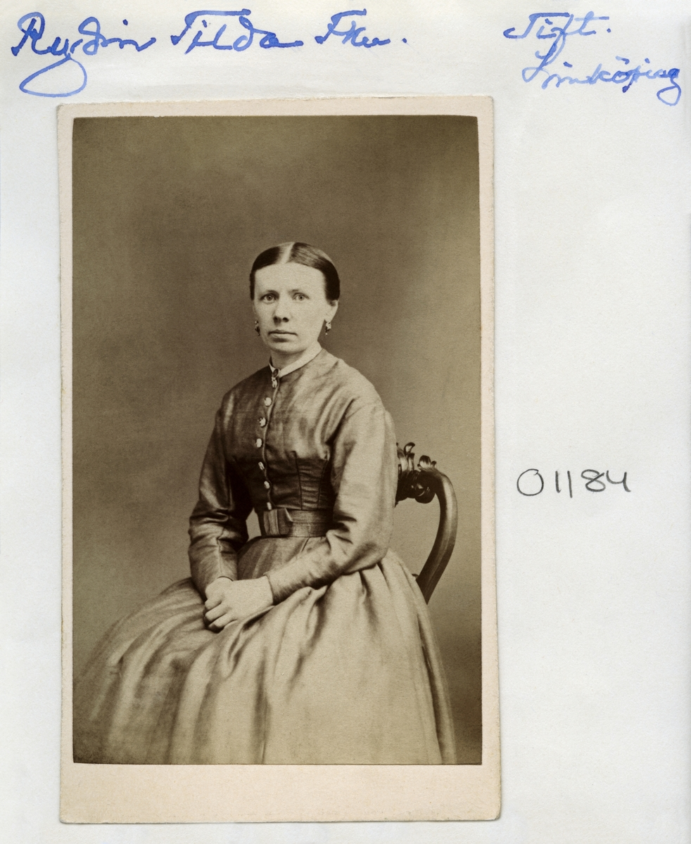 Kvinnan tolkas vara fröken Matilda Vilhelmina Kristina Rydin. Född 1837 i Flistad socken som dotter till Svante Rydin och Maria Kristina Johansson.