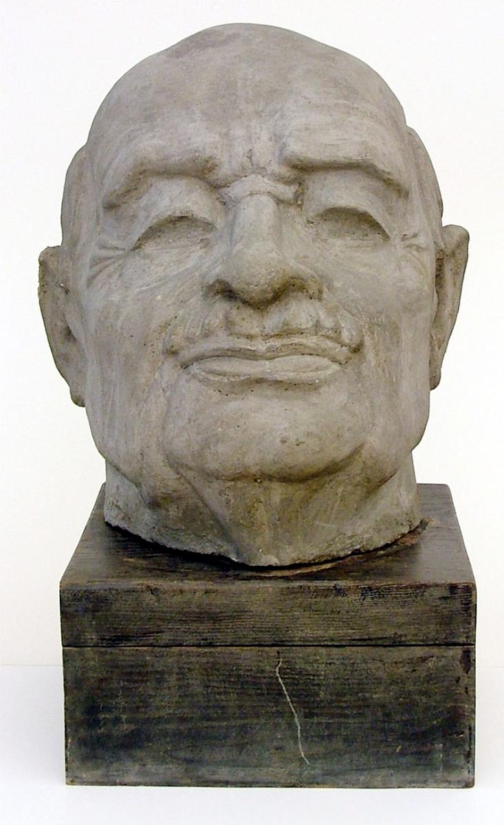 Skulptur föreställande stadsbibliotekarie Wilhelm Lindeberg, av Maggie Wibom. Stengöt eller konstbetong är en finbetong som framställs av olika slags krossade bergarter med cement som bindemedel.