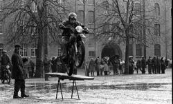 Regementets Dag. Motorcykeluppvisning på kaserngården.