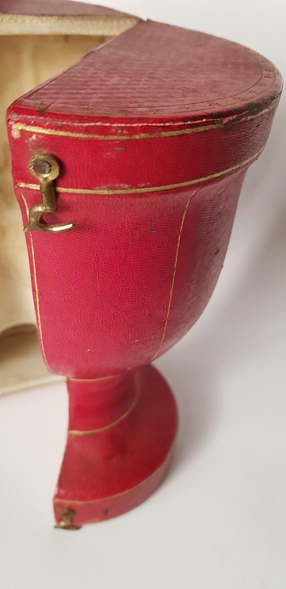 """A. Nattvardskalk, drivet silver med bladmotiv, invändigt förgylld. Av Ole Wilhelm Zeuthen i Köpenhamn 1833. Inneliggande lapp  : """"En kalk  av silver väger 23 3/4 Lod Carlskrona 30 Juli 1853. Adr. Lilja"""".  /Köpenhamns stämpel 1833-M ( riksverdien Christian Olsen Möller / 1831-40/)- W Z (Ole Wilhelm Zeuthen / 1832- 1836/) -bågskytt (månadsmärke 22.11 - 21.12)  b.  Fodral, trä, i två vertikala  hälfter med gångjärn, klätt med röd maroquing med guldtryck, fodrat med sammet, slutes med haspar. Höjd: 210 mm Diam. 120 mm Från Stationskontoret i Karlskrona 1937.  Tillverkad år 1770 ?? vänd= 1833 (oläsligt handskrivet ord)"""