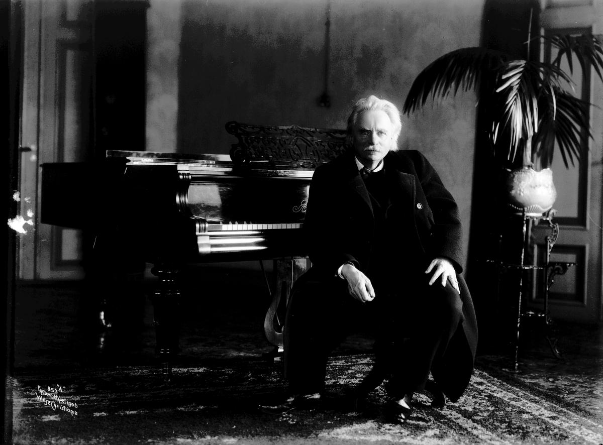 Edvard Grieg ved pianoet 1906.