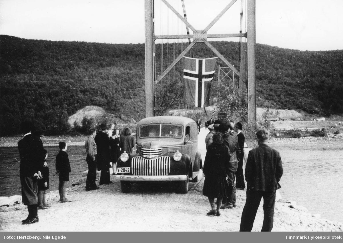 Åpningen av Tana bru 16.8.1948. Vegvesenets varebil Chevroleten er kommet over bruen.