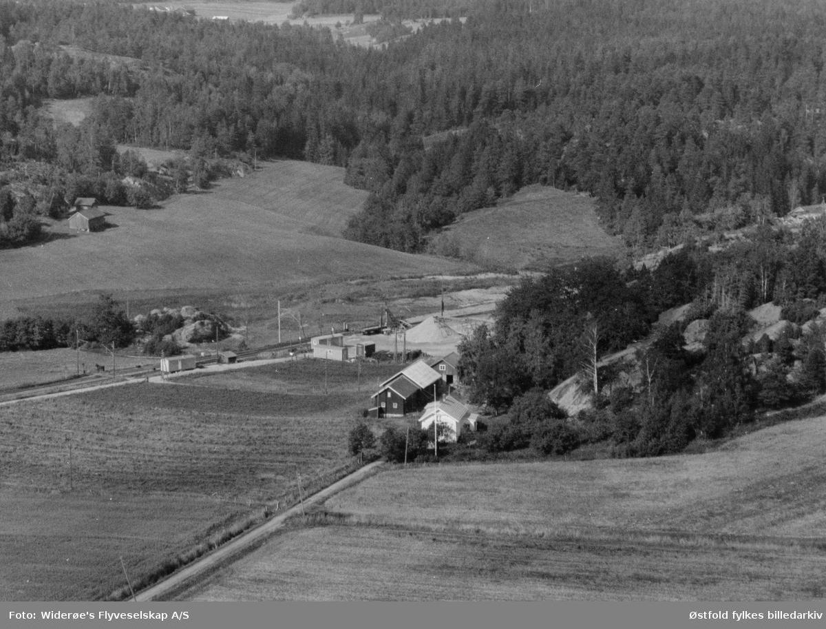 Gården Ødegård 135/1 i Onsøy ved jernbanelinja, midt i bildet et sandtak.