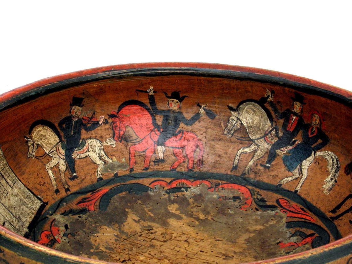 Innvendig  rosemalt  i bunnen og figurmalt  med   brudefølge langs siden,  Brudefølge langs siden.