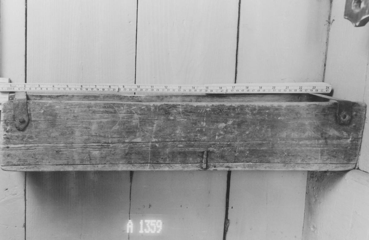 Rektang. tv.sn.; ingen overs., jern spent over i begge ender Festet i veggen