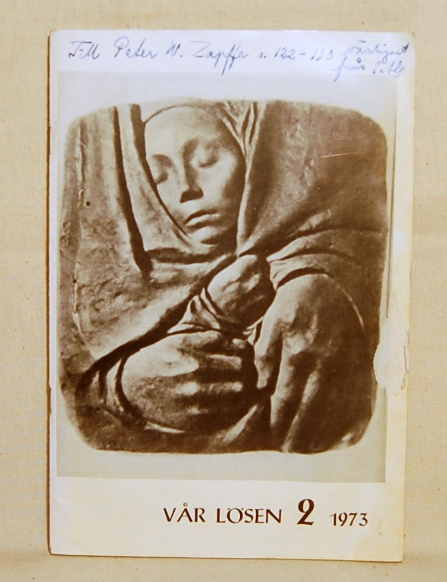 På forsiden bilde av en et barnehode holdt av to hender.