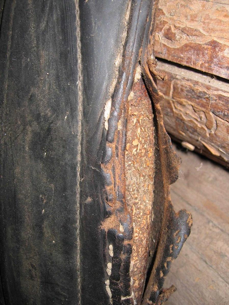 Løs selepute fylt med skumgummi? Hører til arbeidsselen AHB.02731. Læret har sprukket på den ene siden, slik at fyllet vises.