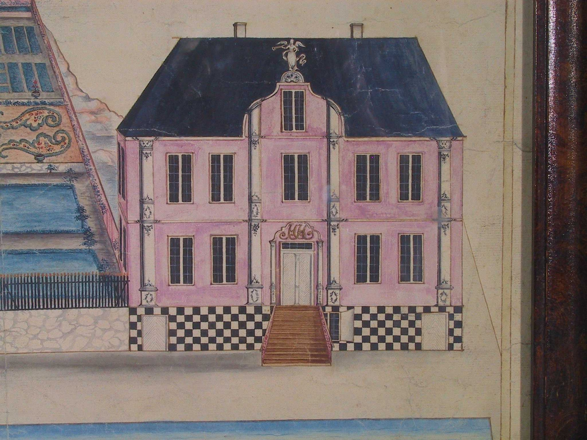 """Toetasjes lyserød bygning med mørkeblått valmtak. Grunnmuren sjakkbrettrutet sort og hvit. Fasaden oppdelt av fire pilastre som løper fra sokken til gesims, hvite m. sort staffasje. Over poralen """"HH"""". På taket en liten svungen ark, kronet av en basunblåsende engel eller victorie. Foran huset brygge og sjø, helt t.v. lyserød sjøbod, mellom disse to bygniger gråstens havemur m. sortmalt stakitt, stakittspissene forgylt. Trapp opp til sort port m. forgylt bekroning i stakittet, haven rektangulær, delt i tre terrasser m. geometrisk anlegg, blågrønt lysthus m. mørkeblått pyramidetak i øvre v. hjørne, en naken figur m. vela elelr skriftbånd på taket.  Bygningen kjøpt av Hans Herlofsen 1767 fra Peder Nielsen Brinch. Tilhørte fam. H. til 1874."""