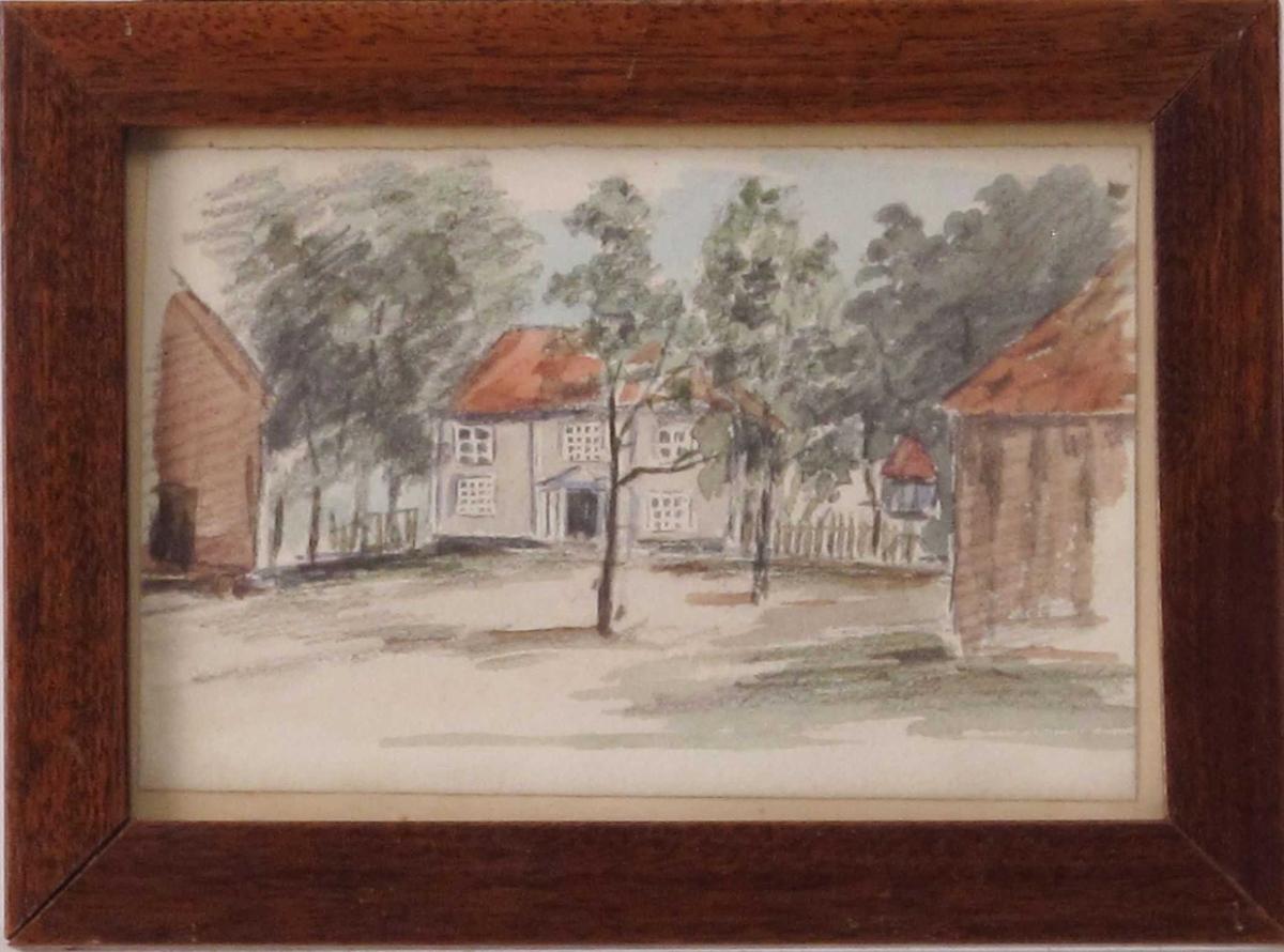 Gårdstun med trær og bygninger.