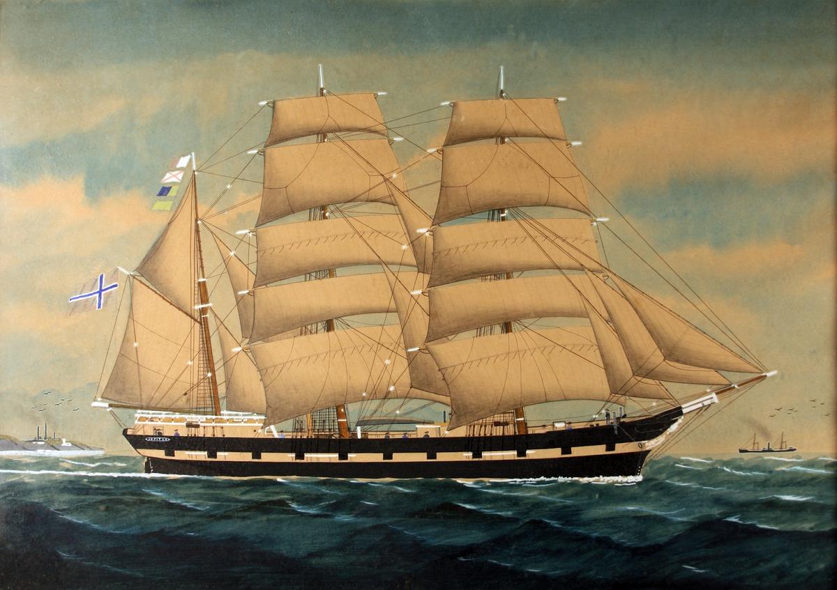 Bark Jupiter under seil, på vei mot høyre i bildet. Skipet er sortmalt med hvit stripe, og alle seil er heist.  Fire signalflagg i mesanmasten, norsk flagg fra gaffelen. Dampskip i bakgrunnen t.h. en by i bakgrunnen t.v.