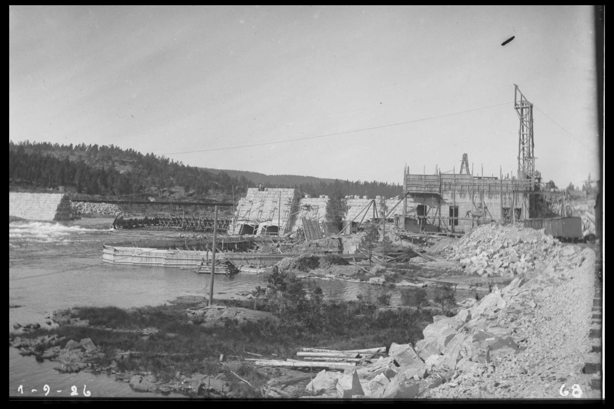 Arendal Fossekompani i begynnelsen av 1900-tallet CD merket 0010, Bilde: 25 Sted: Flatenfoss i 1926 Beskrivelse: Under bygging av kraftstasjonen