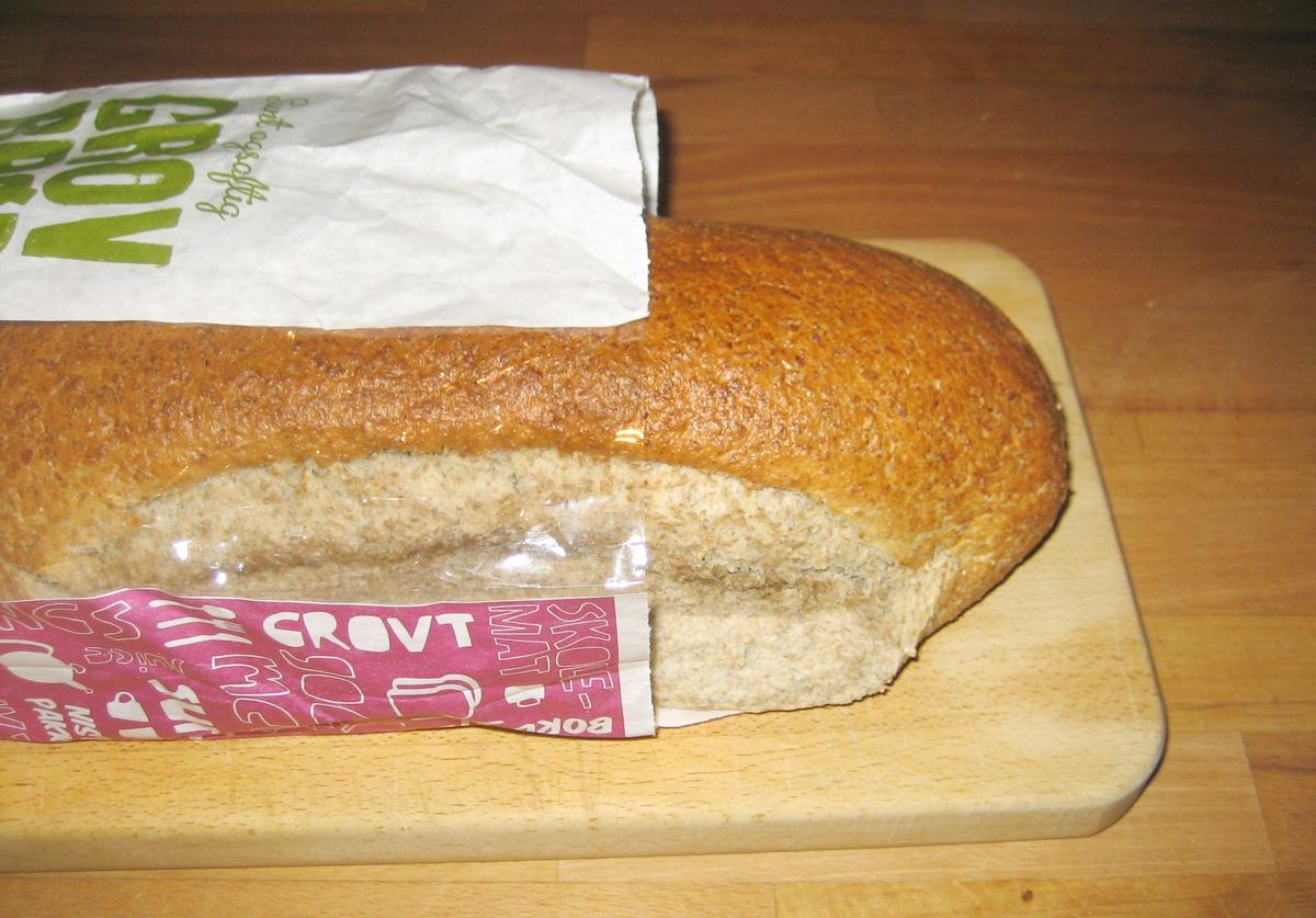 Det er intet motiv på brødposen. Brødets navn Sunt og saftig grovbrød står på posens forside