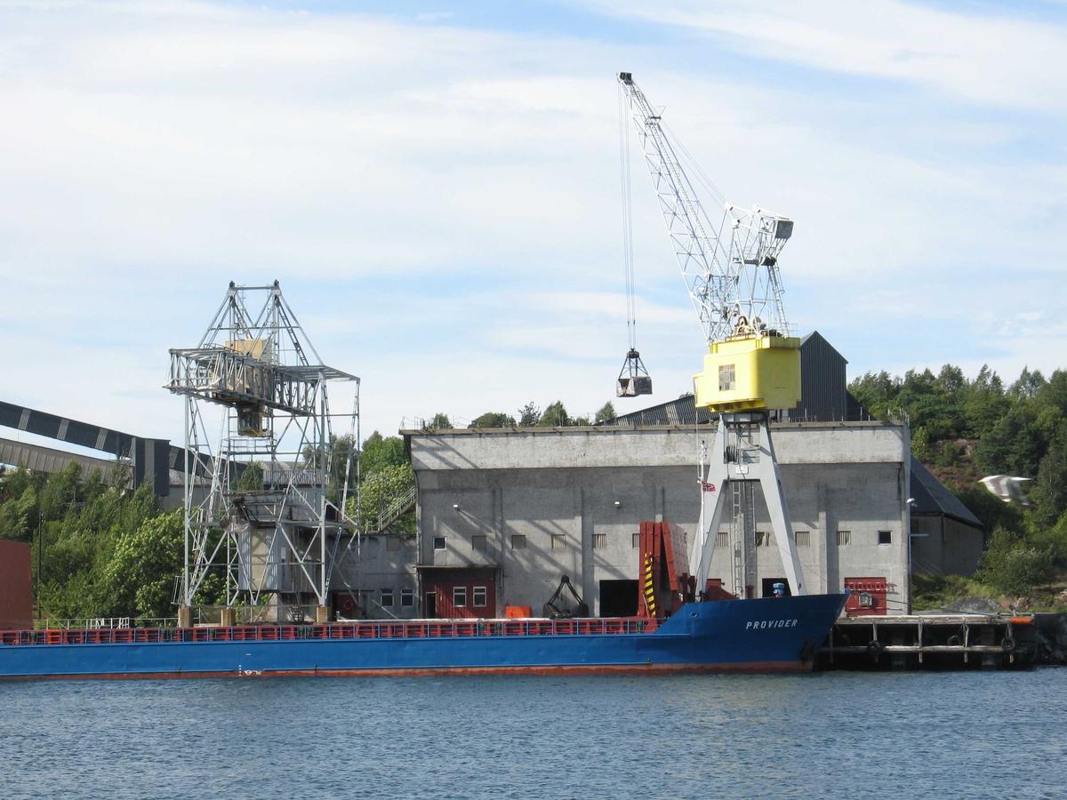 Arendal Smelteverk, sett fra Tromøya. Lossing av kvarts ved importkaia. Siste lossing til smelteverket.