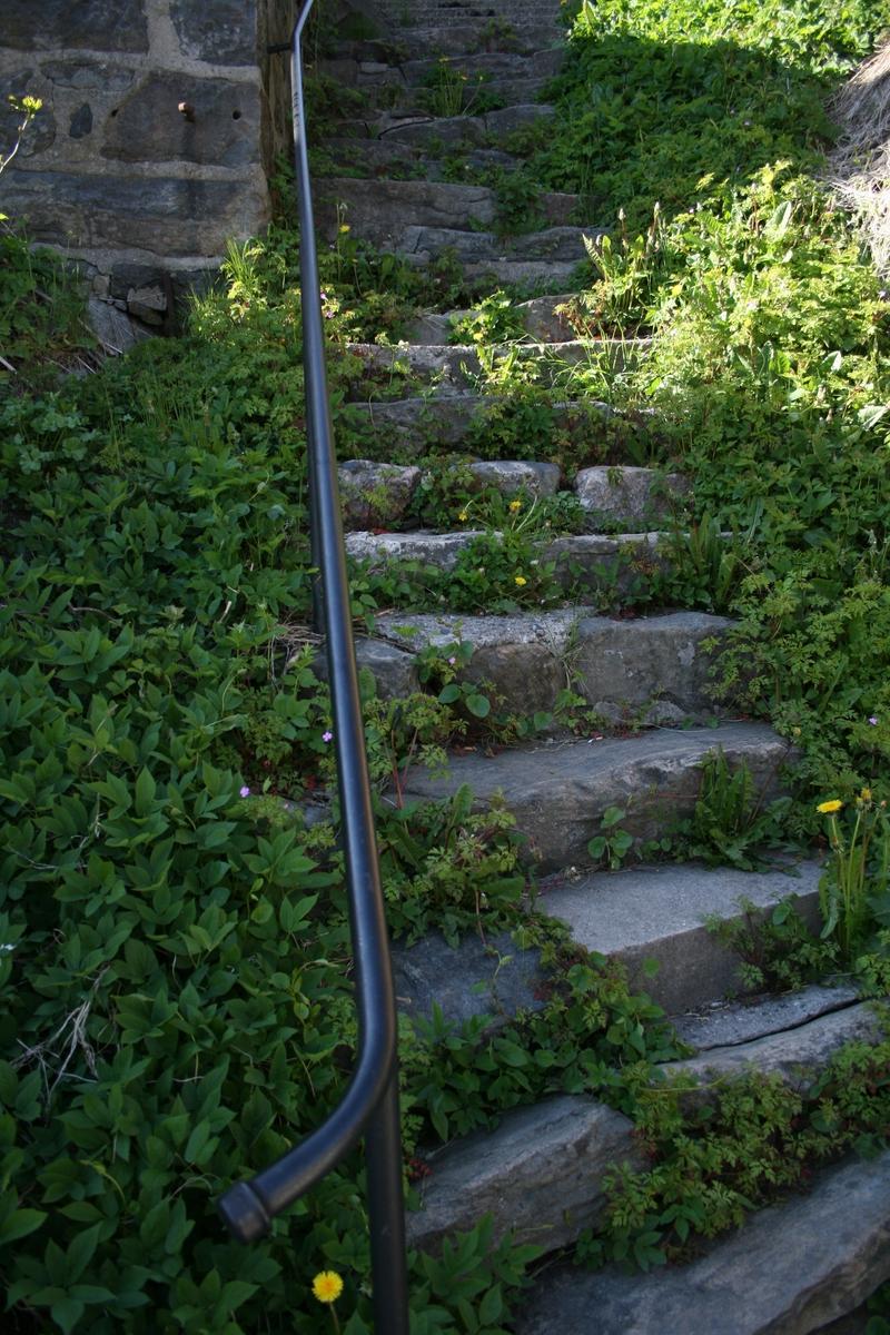 Fra strandstedet Barbu,steintrapp med rekkverk fra Lykkensborgveien opp til Gjerløws vei. Motivet er mellom Hulveien 3 og Hulveien 7.