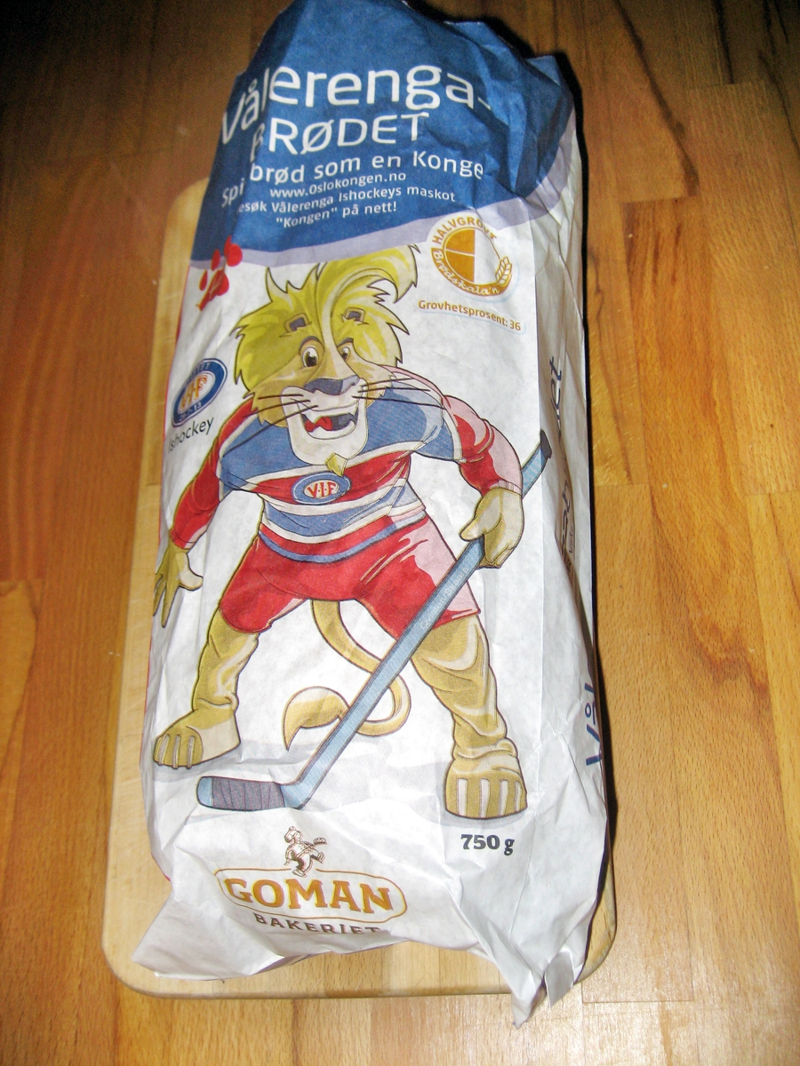 """På brødposens forside er det et motiv med en tegnet ung smilende hannløve som spiller ishockey. Dette er maskotten til Vålerenga Ishockey kalt """"Kongen"""". Løven har på seg VIF-drakt med VIF-logo. Det er også et potemerke på posen. Logoen til VIF finnes på posens for- og bakside. På posens side står det at Coop støtter Vålerenga."""