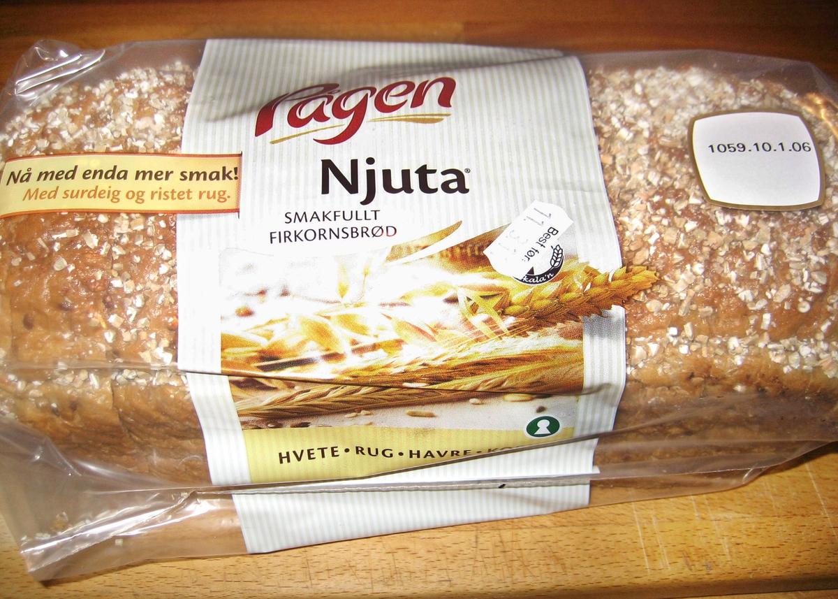 På brødposens forside er et motiv med et fargefotografi av flere liggende kornaks. På posen bakside er et fargefotografi av tre brød og en bunke med brødskiver. Det ene brødet er stablet opp på to brød. I bakgrunnen skimtes to brød i et brødstativ og en stålbenholder med mel.