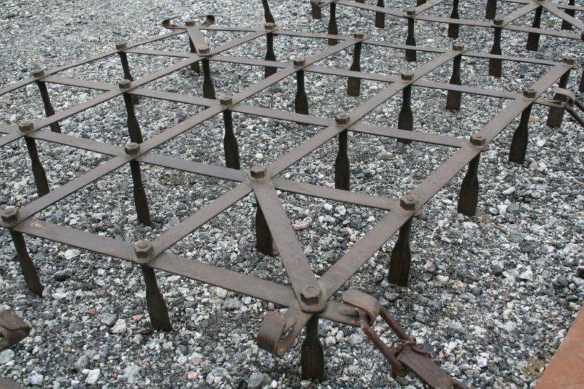 Tre rombeformede jernrammer som er koblet sammen med en trehommel. Hver av jernrammene har to bøyler på hver side. Disse hektes inn på hemper på hommelen. Tindene har rektangulært tverrsnitt og er festet i krysningspunktene mellom rammestykkene som utgjør oversiden av harven. Før kornet spirte, kjørte man med bredsiden av tindene frem. Etter spiring ble harven kjørt med smalsiden av tindene frem.