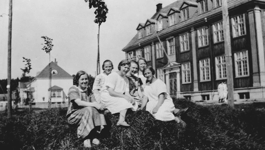 6 jenter foran Ski Middelskole.  Den gamle samfunnsbygningen.