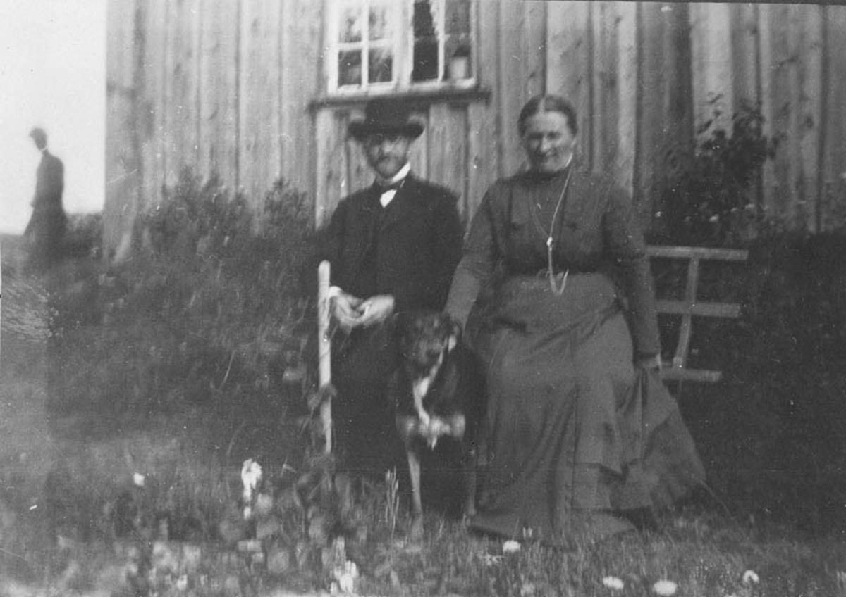 """Bilde av Nils Edv. Nordby,Olava Kuldberg og hunden """"Peik"""""""