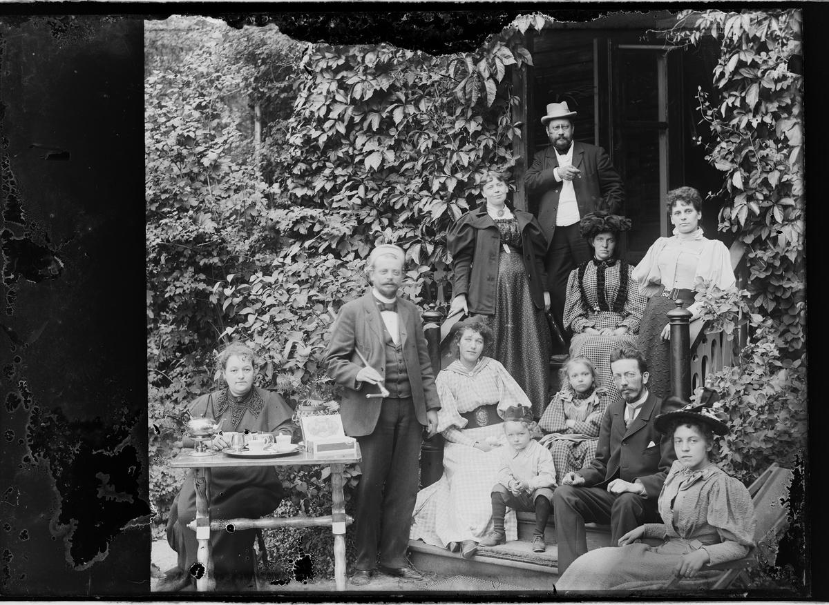 Fridtjof Grann-Meyer m/familiemedlemmer på trappa foran huset.