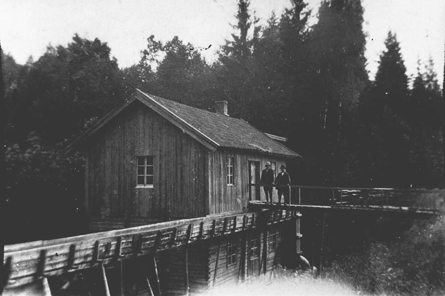 Svartdahl Bruk Ca. 1911 Vannrenne og gangbro. August Iversen og sønn August Herman