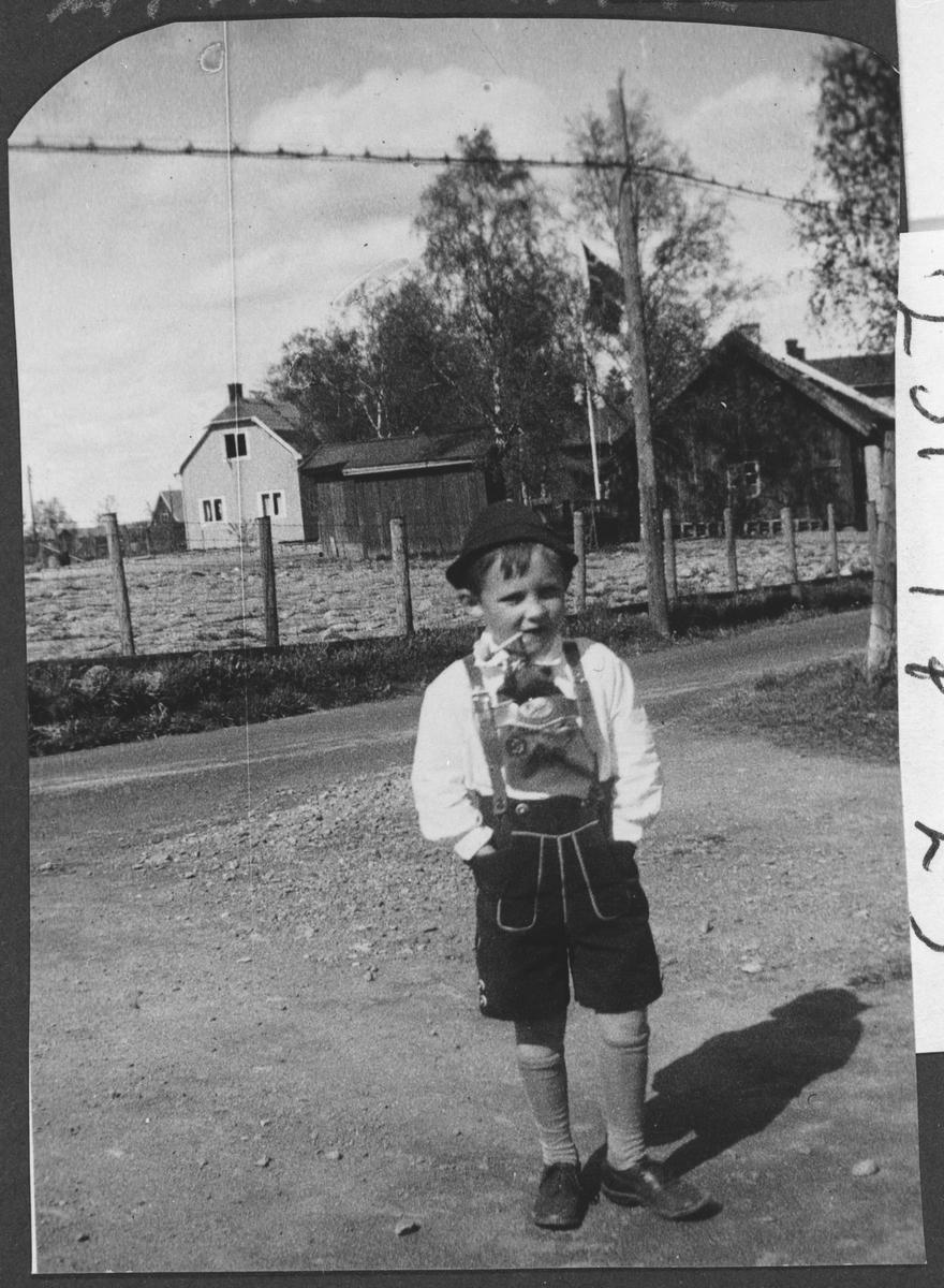 Arne Helmer Olsen 5 1/2 år, i tyrolerdrakt.