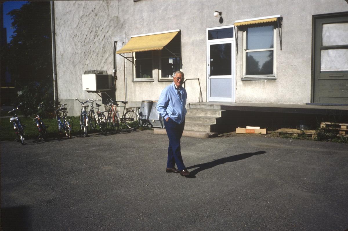Jørgen på gårdsplassen i gamle e-verket