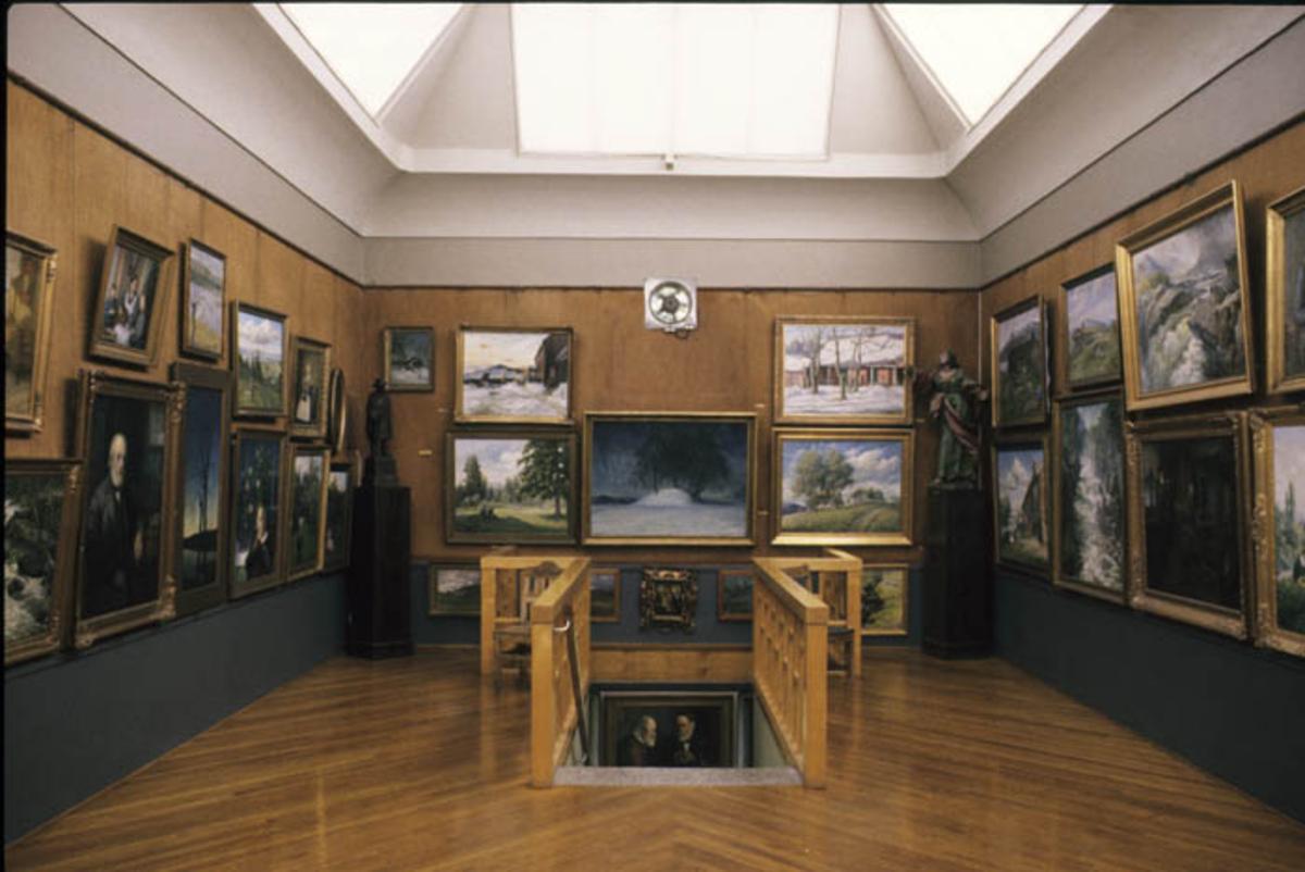 Galleriet med malerier og tegninger av Otto Valstad.